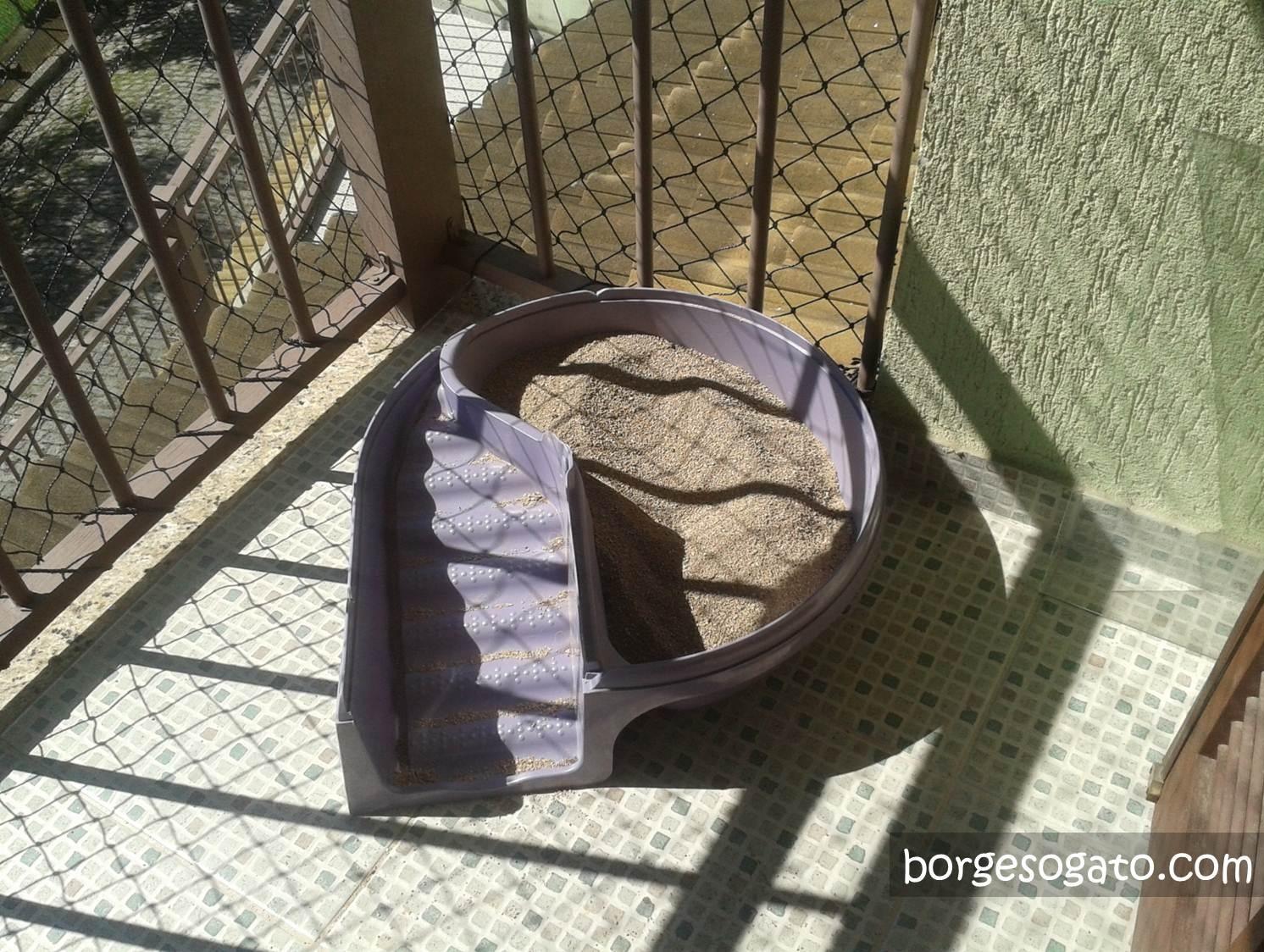 Meu banheiro se divide no meio: metade é areia #7C6A4F 1492x1124 Banheiro Adequado Do Gato